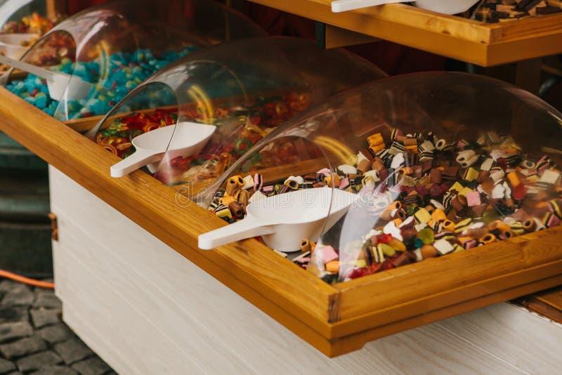 Beaucoup de différents bonbons sur le marché en plein air Confiture d'oranges avec de diverses saveurs telles que le fruit et le  image stock