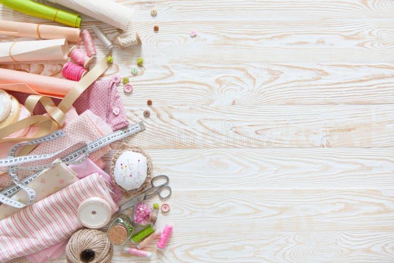 Beaucoup de différents matériaux pour la couture et la couture Une fille/wom photographie stock