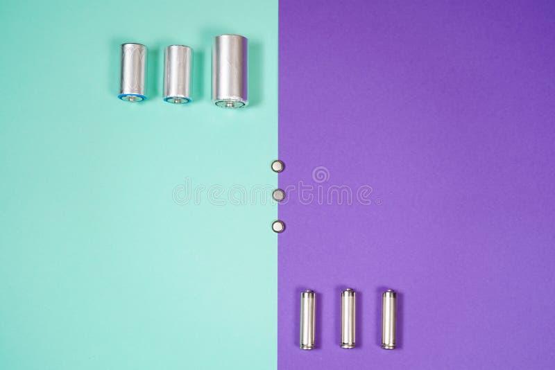 Beaucoup de différents types utilisés ou nouvelle batterie, accumulateur rechargeable, accumulateurs alcalins sur le fond de coul photos stock
