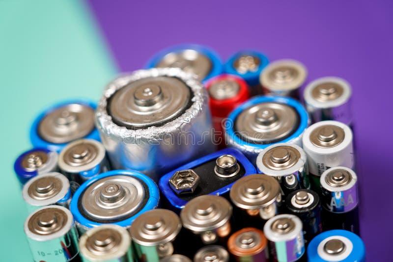 Beaucoup de diff?rents types utilis?s ou nouvelle batterie, accumulateur rechargeable, accumulateurs alcalins sur le fond de coul photo libre de droits