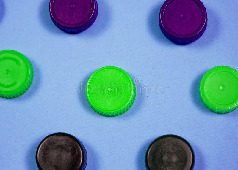 Beaucoup de diff?rents types utilis?s ou nouvelle batterie, accumulateur rechargeable, accumulateurs alcalins sur le fond de coul photos stock