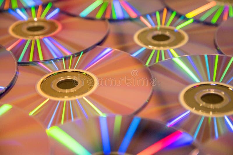 Beaucoup de disques compacts musicaux avec un éventail d'arc-en-ciel de couleurs As photos stock