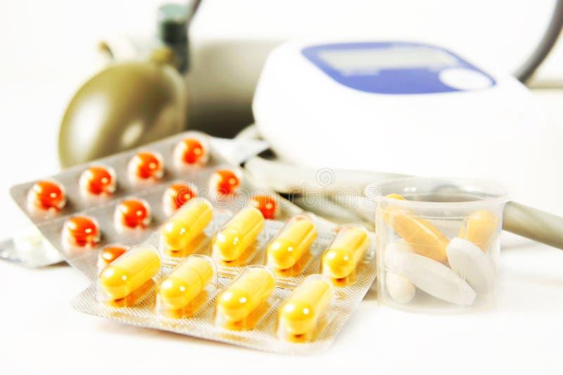 Beaucoup de diverses drogues et dispositif de mesure de tension artérielle images stock