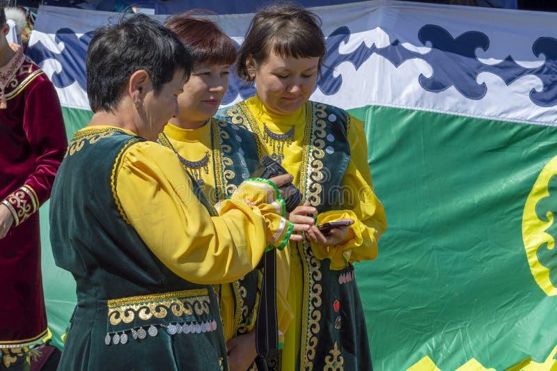 Beaucoup de femmes dans des vêtements bachkirs nationaux photo libre de droits