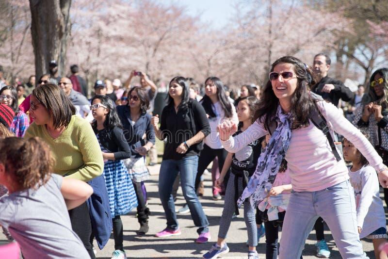 Beaucoup de femmes dansent sur des festivals photo libre de droits