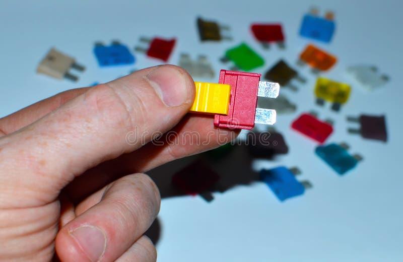 Beaucoup de fusibles ou de disjoncteurs des véhicules à moteur électriques colorés sur un fond blanc photos libres de droits