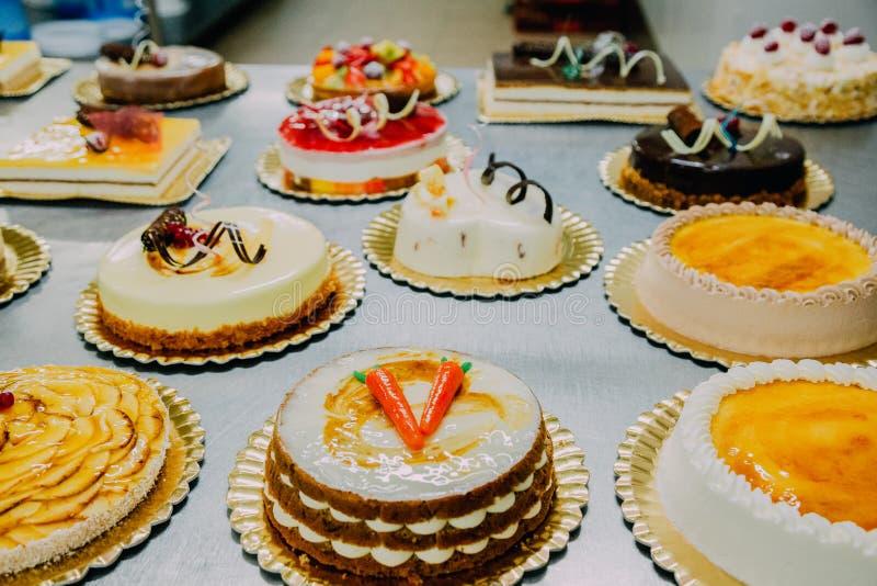 Beaucoup de gâteaux préparés sur la table en métal d'une usine de nourriture images stock
