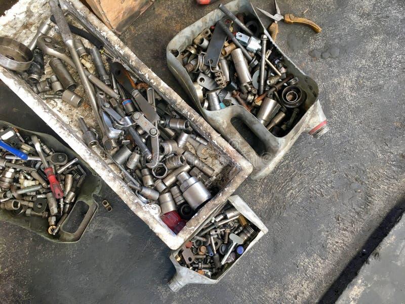 Beaucoup de genres d'outils pratiques du ` s de mécanicien dans la vieille boîte sale pour images libres de droits