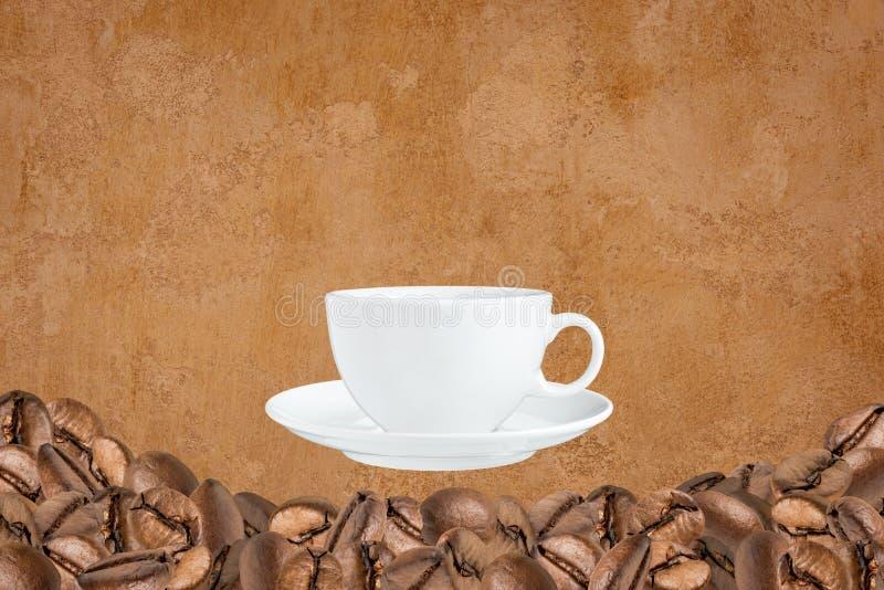 Beaucoup de grains de café et tasse de café image stock