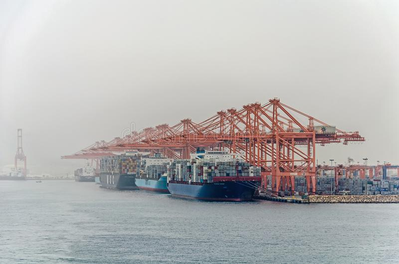 Beaucoup de grands navires porte-conteneurs chargent la cargaison dans le grand port de Salalah photographie stock