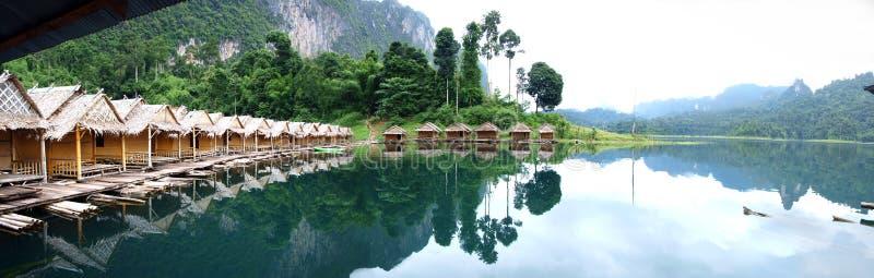 Beaucoup de huttes sur la rivière image stock