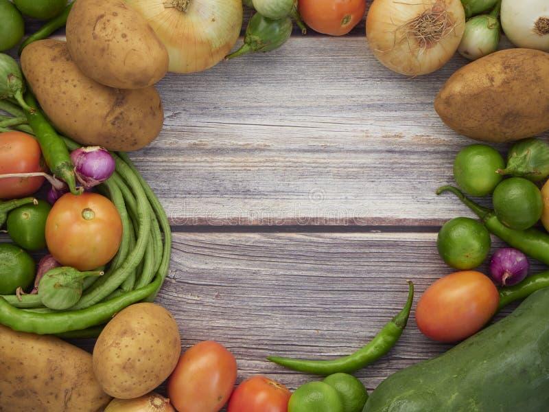 Beaucoup de légumes frais sont placés sur une table en bois photographie stock