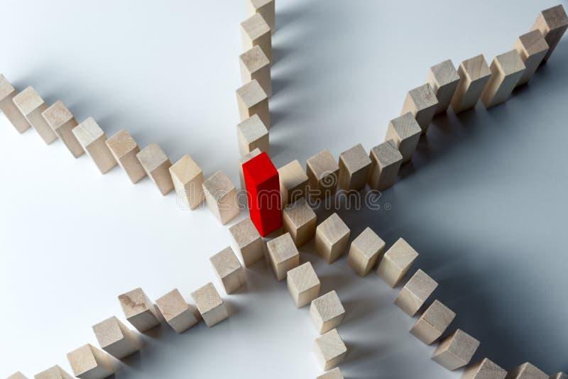 Beaucoup de lignes incurv?es des cubes en bois sont combin?es au centre dans un rouge, comme symbole des files d'attente, d'un gr image stock