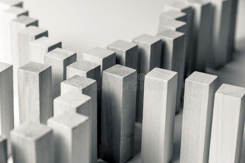 Beaucoup de lignes incurv?es des cubes en bois sont reli?es au centre dans un, comme symbole des files d'attente, un grand choix  illustration stock
