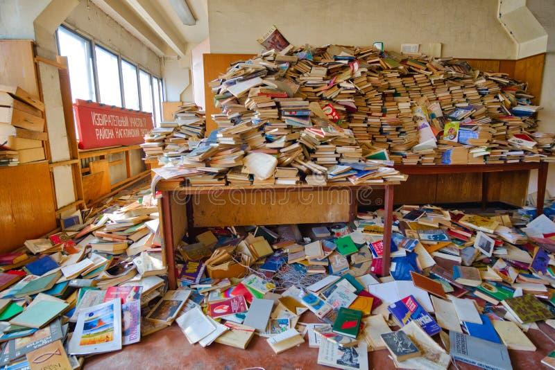 Beaucoup de livres sont dispersés dans la chambre photographie stock libre de droits