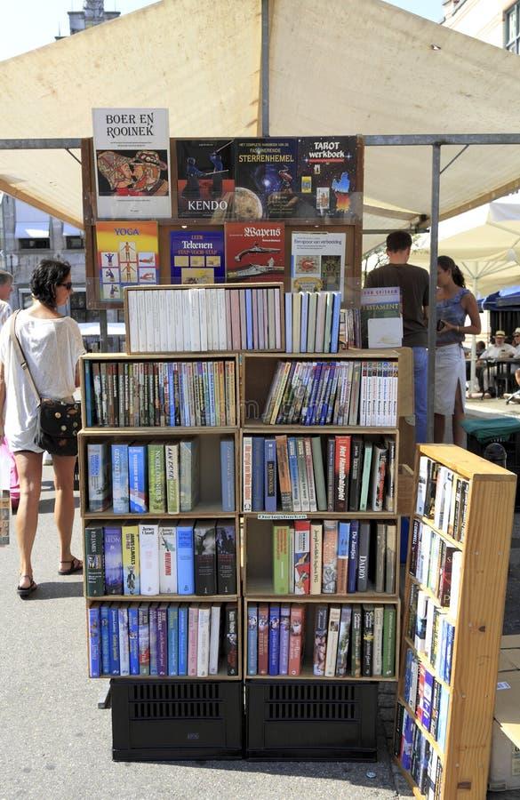 Beaucoup de livres sur l'étagère de livre image libre de droits