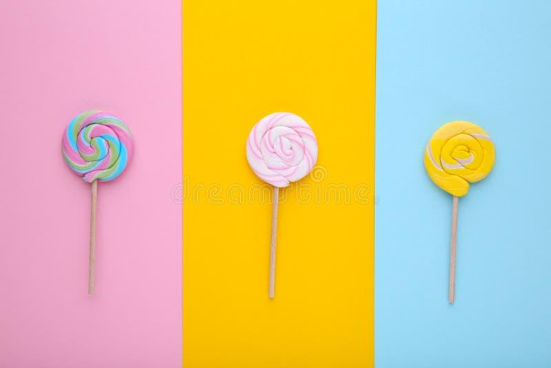 Beaucoup de lucettes sur le fond coloré, concept de bonbons photos stock