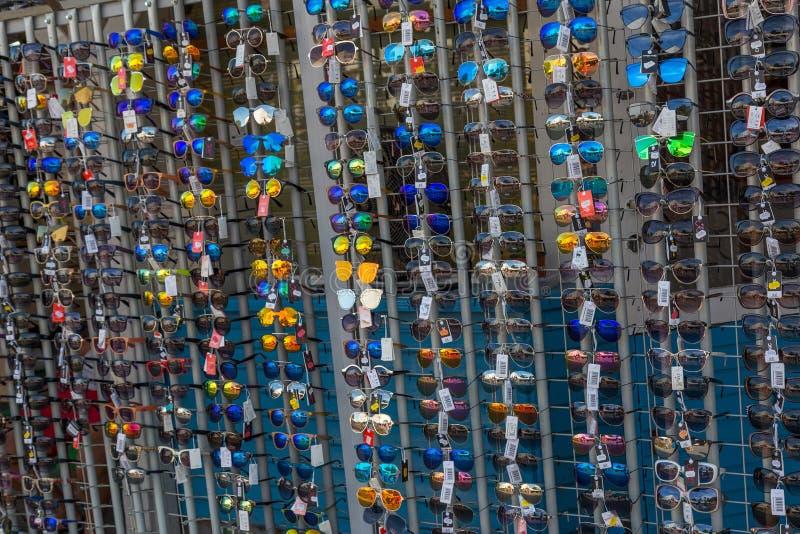 Beaucoup de lunettes de soleil sur le marché d'été en Hongrie 24 08 La Hongrie 2017 photographie stock libre de droits