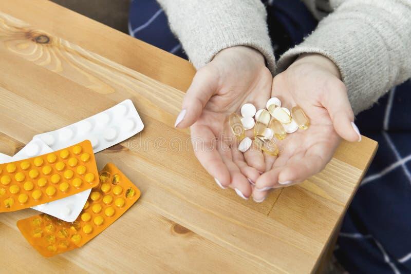 Beaucoup de médecines sur la table de nuit dans la chambre à coucher image stock