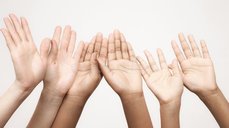Beaucoup de mains augment?es dans une rang?e photos libres de droits