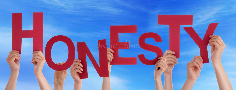 Beaucoup de mains de personnes tenant le ciel bleu d'honnêteté rouge de Word photo libre de droits