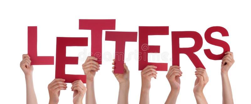 Beaucoup de mains de personnes tenant les lettres rouges de Word photo stock