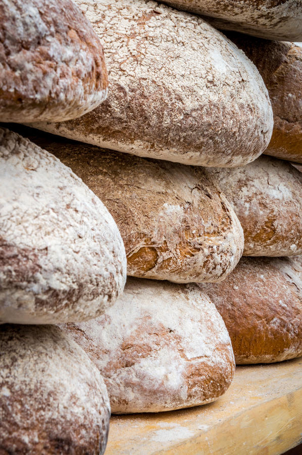 Beaucoup de miches de pain dans une boulangerie photo stock