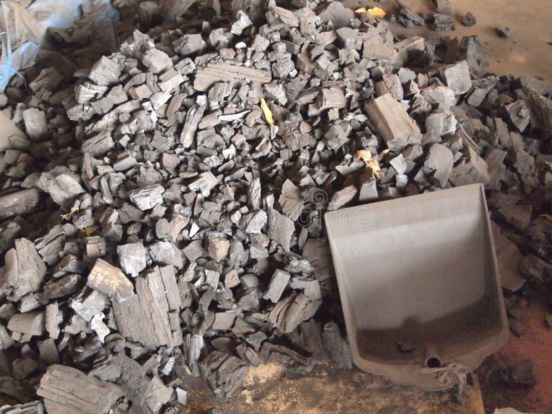 Beaucoup de morceaux de charbon de bois au sol photo libre de droits