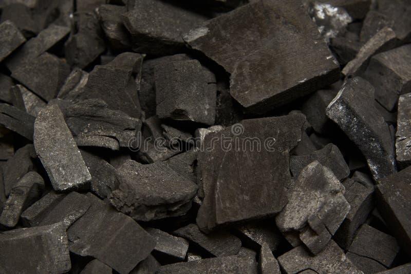 Beaucoup de morceaux de charbon de bois dans la boîte images libres de droits
