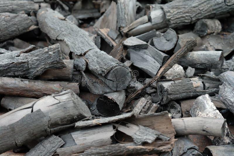 Beaucoup de morceaux de charbon de bois au sol photo stock