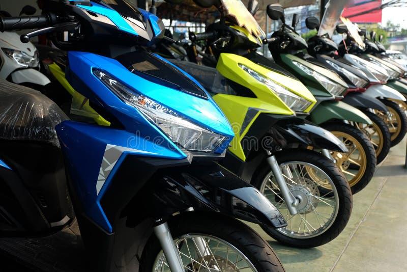 Beaucoup de motos colorées à la salle d'exposition photographie stock