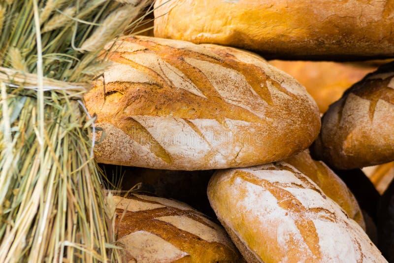 Download Beaucoup De Pains Frais Rustiques Bruns De Pain De Seigle Photo stock - Image du graine, pain: 45361192