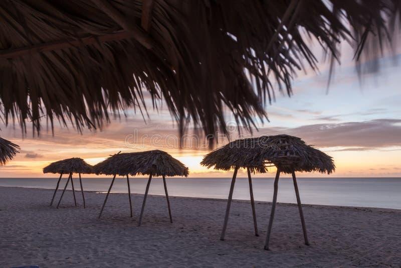 Beaucoup de parasols Coucher du soleil sur le bord de mer photographie stock