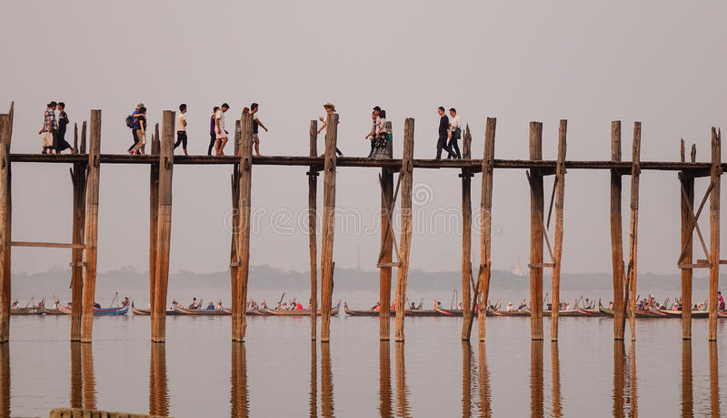 Beaucoup de personnes allant sur le pont à Mandalay, Myanmar photo libre de droits