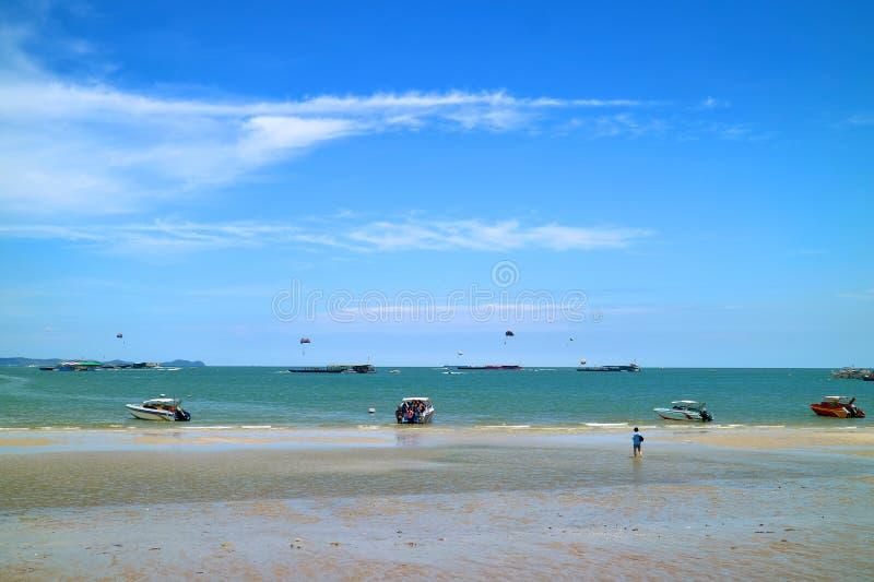 Beaucoup de personnes apprécient dehors des activités un jour ensoleillé à la plage de Pattaya, ville de Pattaya, Thaïlande images stock