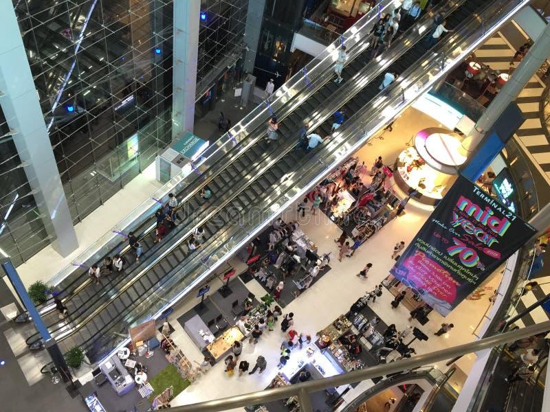 Beaucoup de personnes faisant des emplettes dans le terminal 21 photo libre de droits