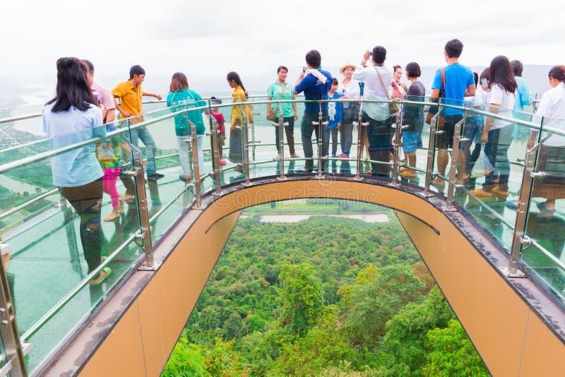 Beaucoup de personnes marchant sur la promenade de ciel chez Wat Pha Tak Sue photographie stock