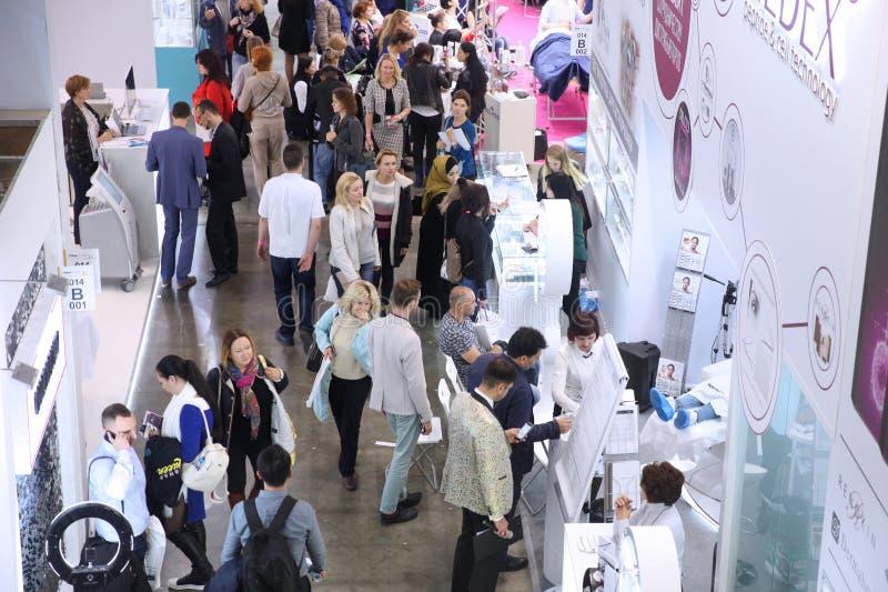 Beaucoup de personnes marcher, observer, choisir et communiquer à l'exhibitio photographie stock