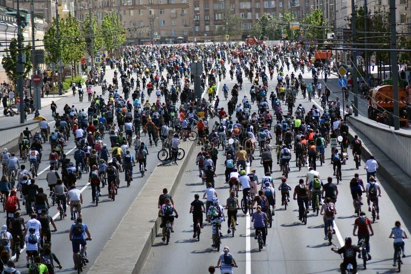 Beaucoup de personnes montent des bicyclettes au centre de la ville de Moscou image stock