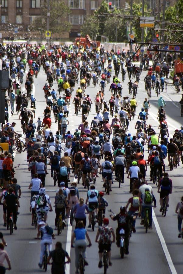 Beaucoup de personnes montent des bicyclettes au centre de la ville de Moscou image libre de droits