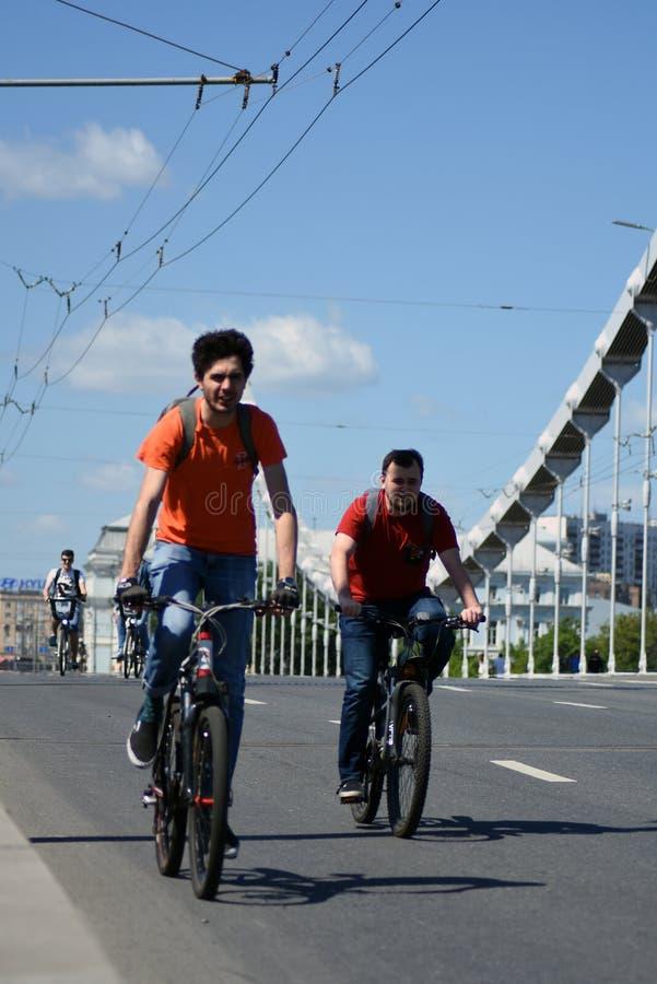 Beaucoup de personnes montent des bicyclettes au centre de la ville de Moscou photo libre de droits