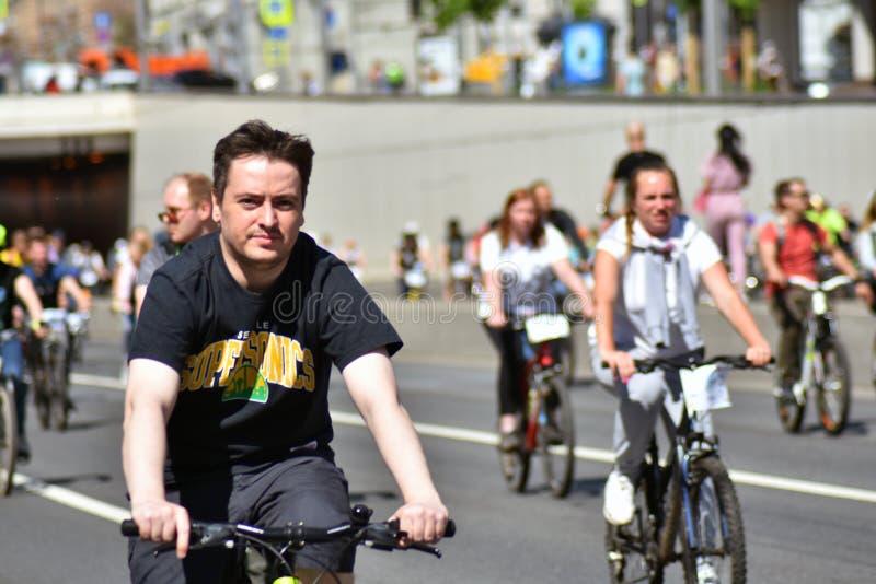 Beaucoup de personnes montent des bicyclettes au centre de la ville de Moscou images libres de droits