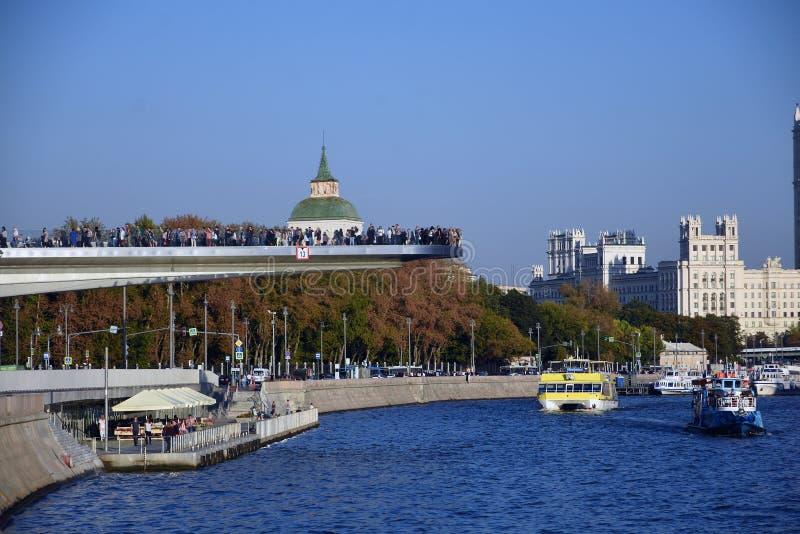 Beaucoup de personnes se tiennent sur un pont en verre en parc de Zaryadye à Moscou Point de repère populaire photos libres de droits