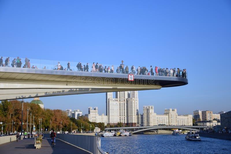 Beaucoup de personnes se tiennent sur un pont en verre en parc de Zaryadye à Moscou Point de repère populaire photo libre de droits