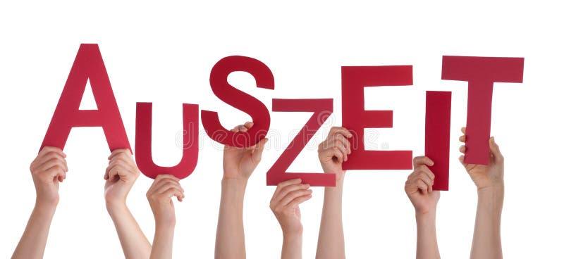 Beaucoup de personnes tenant le temps d'arrêt de moyens allemand de Word Auszeit image libre de droits