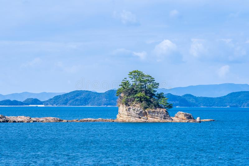 Beaucoup de petites îles au-dessus de l'océan bleu dans le jour ensoleillé, les îles Kujukushima99 célèbres perlent l'îlot de sta photo stock
