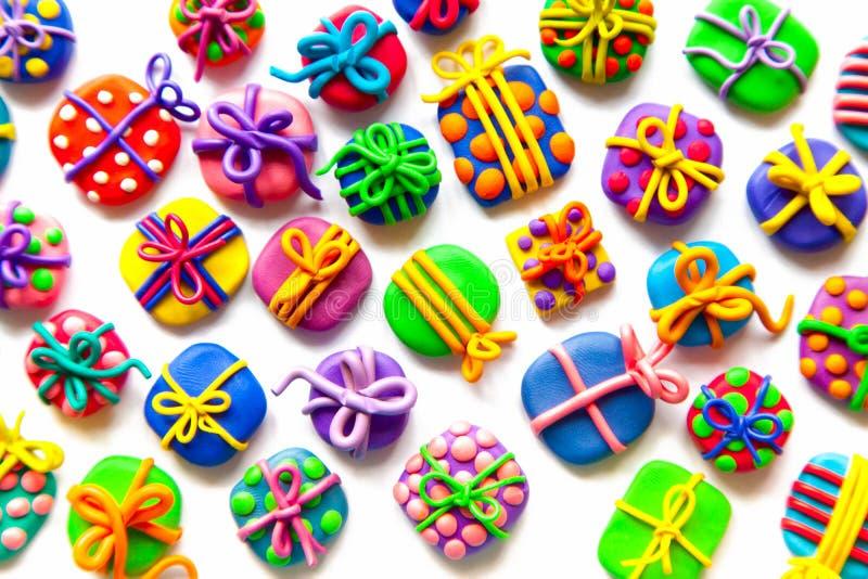 Beaucoup de petits cadeaux de pâte à modeler images stock