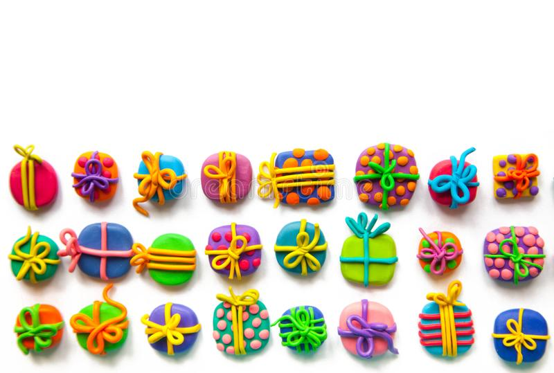 Beaucoup de petits cadeaux de pâte à modeler photos libres de droits