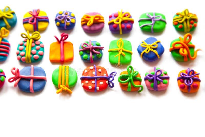 Beaucoup de petits cadeaux de pâte à modeler images libres de droits