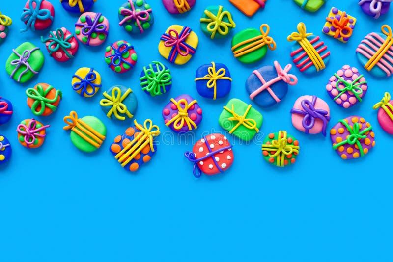 Beaucoup de petits cadeaux de pâte à modeler Fond pour une carte d'invitation ou une félicitation image libre de droits